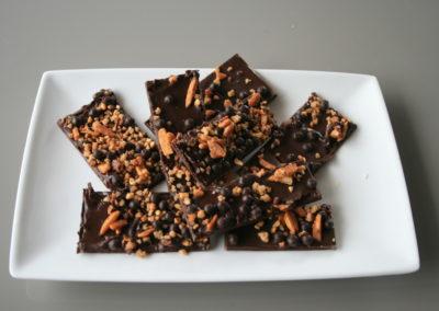Kroquant chocolat : chocolat noir 55%, noisettes et amandes caramélisées, perles craquantes (3.50€/100g)