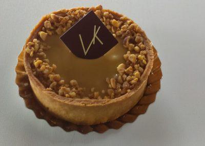 Tarte dulcey : pâte sablée, ganache dulcey (chocolat blanc caramélisé), éclats de noisettes (3.00€/pers)
