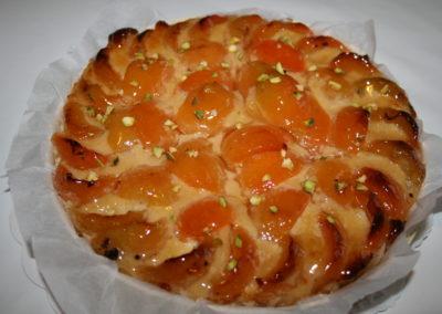 Tarte abricot-amande : pâte sablée, crème d'amande, abricots, éclats de pistache (3.00€/pers)
