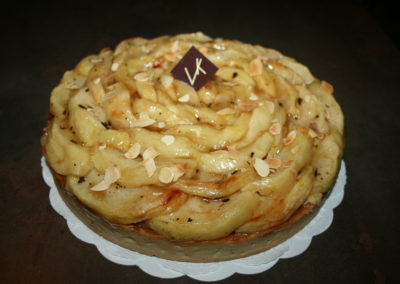 Tarte aux pommes à l'ancienne : pâte sablée, crémeux praliné, pommes caramélisées à la vanille (3.00€/pers)