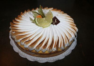 Tarte au citron meringuée : pâte sablée, crème citron, meringue légère (3.00€/pers)